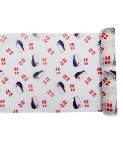 Hvid bordløber med danske flag og rød hue.