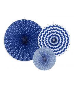 Flotte dekorative rosetter i blå og hvid til ophæng.