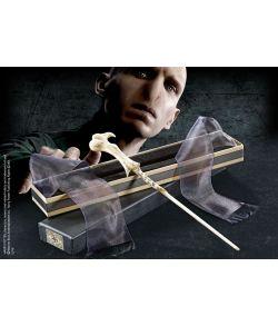 Lord Voldemorts tryllestav i æske med navneskilt.
