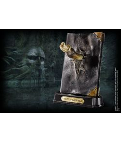 Tom Riddles dagbog med Basilisk tand og holder fra Noble Collection.