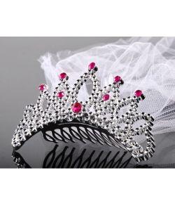 """Plastik tiara i sølv med pink """"sten"""" og hvidt slør."""