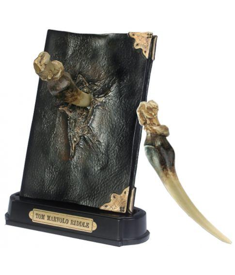 Tom Riddles dagbog med Basilisk tand og holder fra Noble Collection.